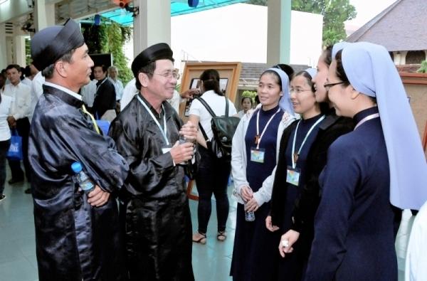 Ông Huỳnh Trọng Hai và đại diện Ban Trị sự PGHH