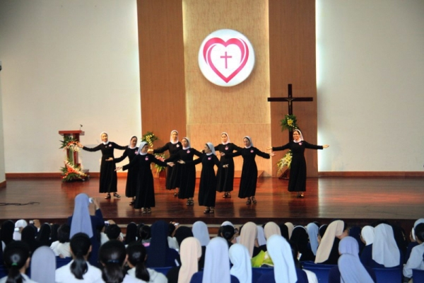 Liên Dòng Nữ: Bế giảng năm học 2013-2014