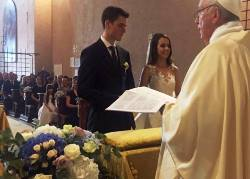 ĐGH Phanxicô bất ngờ cử hành lễ cưới cho vệ binh Luca Schafer và Leticia Vera