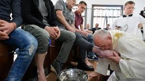 ĐGH Phanxicô rửa chân cho 12 tù nhân trong một nhà giam