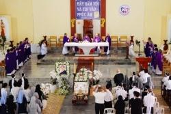 Phái đoàn TGP Sài Gòn: Kính viếng Đức cha Giuse Vũ Duy Thống