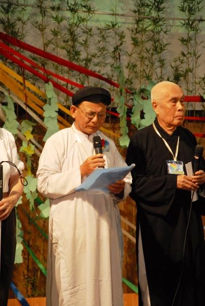 Giáo sĩ Huệ Ý và đại diện Minh Lý Thánh Hội