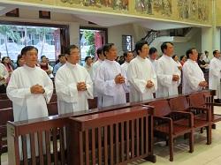 Giải đáp phụng vụ: Thầy phó tế và các thừa tác viên ngoại thường đều có thể cho tín hữu rước Máu Thánh.