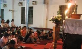 Quỳ bên Thánh Thể