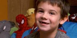 Cậu bé mồ côi 6 tuổi thực hiện sứ mạng lan tỏa niềm vui