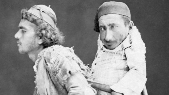 Một bức ảnh về tình bạn: Người Kitô hữu bại liệt và người Islam mù loà