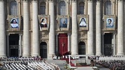 Pope at Canonization Mass: New saints ``kindly lights`` in the gloom of the world