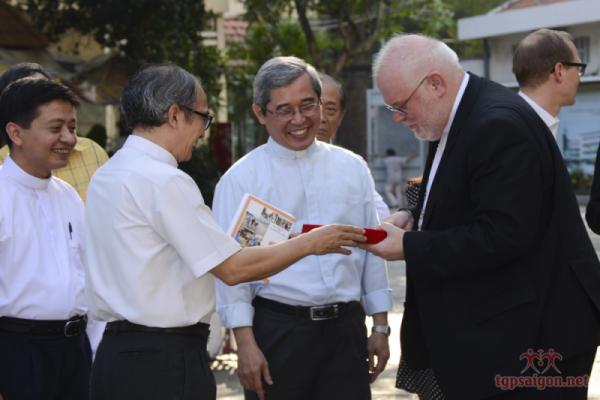 Cha Giám đốc TTMV tặng quà lưu niệm