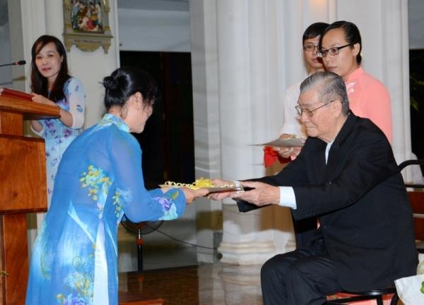 Đức Hồng y Gioan Baotixita trao bằng tốt nghiệp cho các học viên