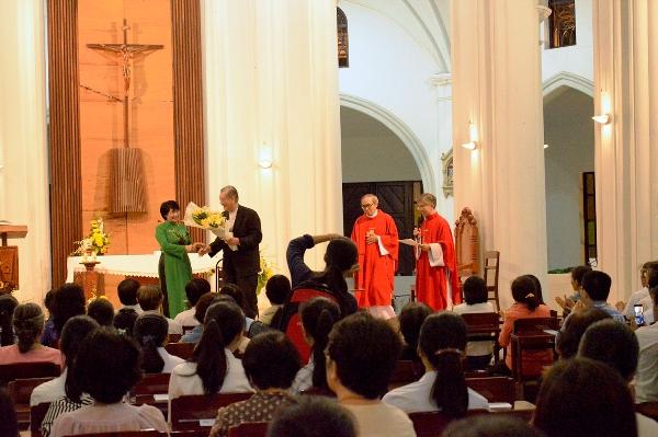 Đại diện học viên tặng hoa mừng Kim khánh linh mục của ĐHY