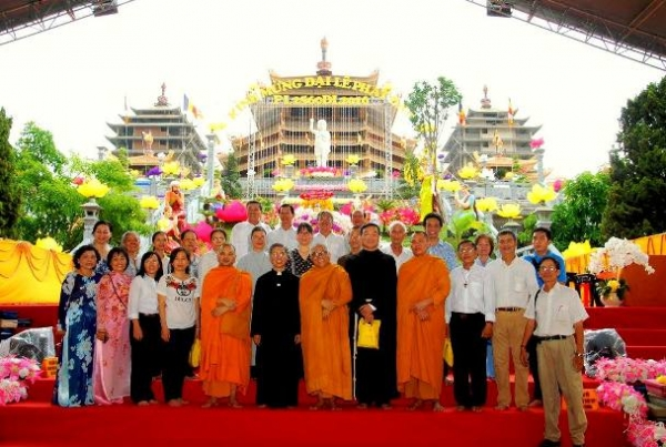Đến thăm Pháp viện Minh Đăng Quang