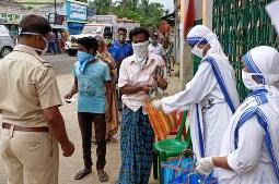 Các nữ tu Thừa sai bác ái giúp lương thực cho 40.000 gia đình