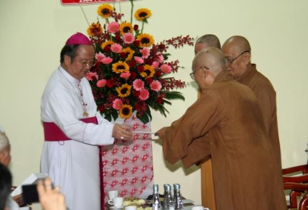 Phái đoàn tòa Tổng Giám mục chúc mừng lễ Phật Đản